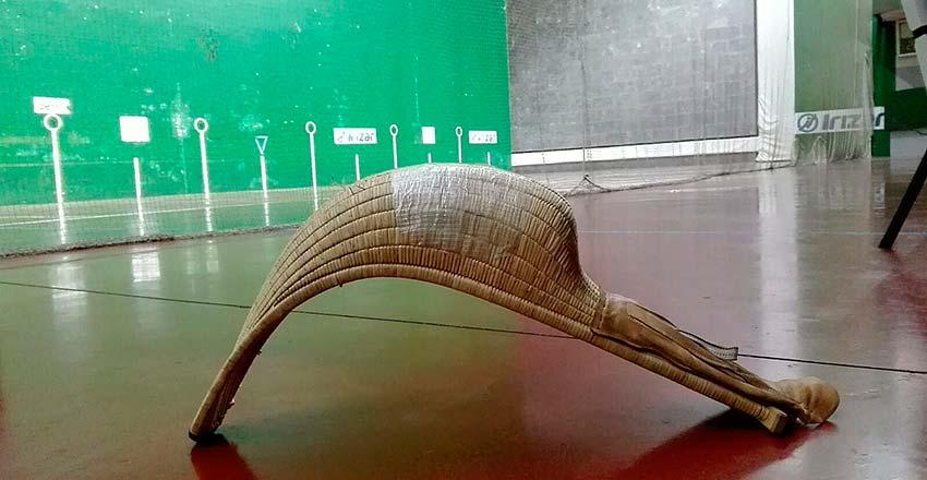 Imagen del frontón Arrate de Andoain, con una cesta y una pelota en primer plano